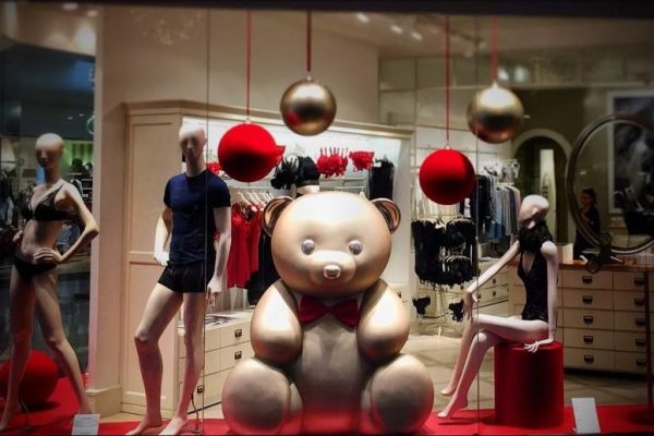 shopwindow display bear frp candys international