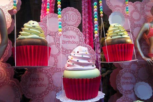shopwindow display cupcakes candys international
