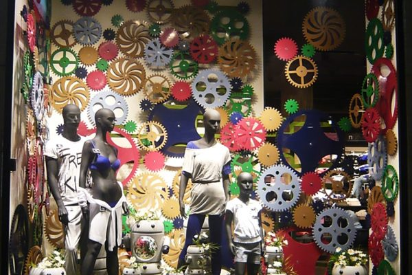 shopwindow display rotating wheels candys international
